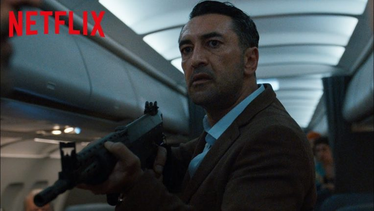 Ünlü Türk oyuncu Mehmet Kurtuluş'un da yer aldığı Into the Night adlı dizi, tüm dünyada aynı anda Netflix'te ekrana geldi.