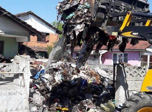 Düzce'de kötü kokuların geldiği evden 13 kamyon çöp çıkarıldı